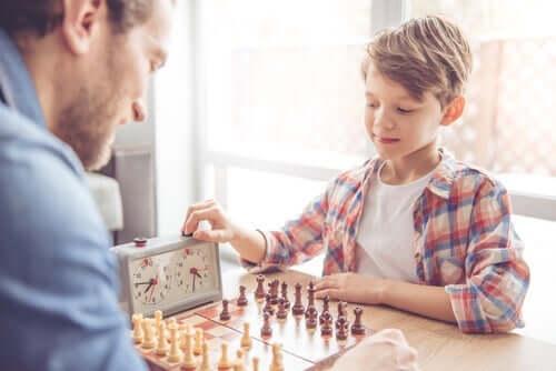 Barn og voksen spiller sjakk