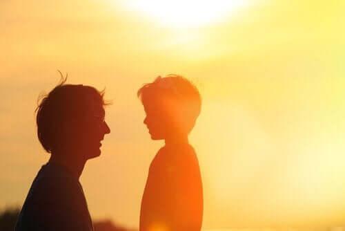 En far som snakker med gutten sin.