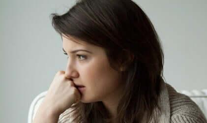 En kvinne med angst, som gjennomgår en psykologitest for å måle angst.