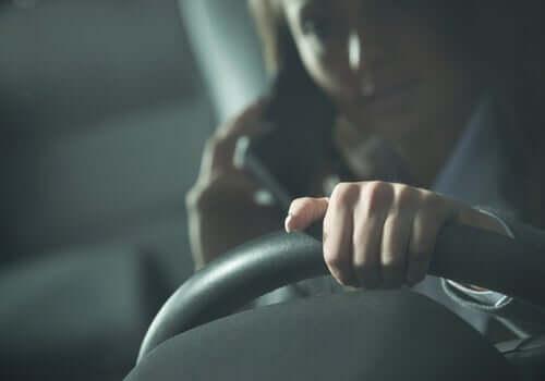 En kvinne som kjørte mens hun var på telefonen, i fare for å komme i en bilulykke.