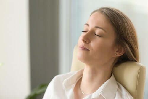 En kvinne som mediterer.