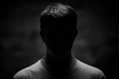 En mann i en mørk bakgrunn.