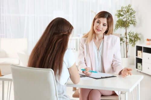 En psykolog som gjør den tematiske appersepsjonstesten med pasienten sin.