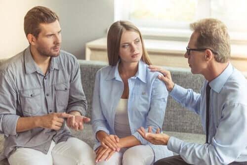 Et par som snakker med en psykolog.