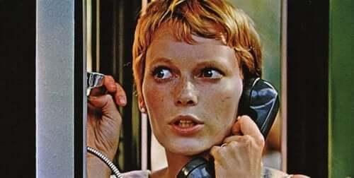 Rosmary snakker i telefonen.