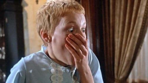 Rosmary som dekker munnen sin med hånden.