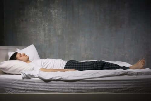 Søvngjengeri er en parasomnia, ettersom søvnparalyse også er det.