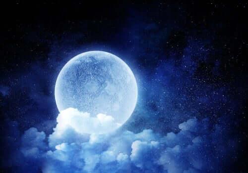 Månen bak en sky.
