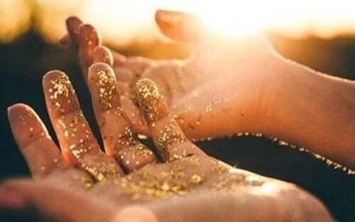 To hender dekket med gullglitter