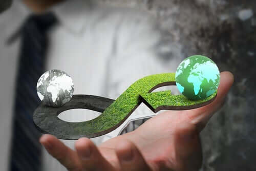 En hånd som holder en figur som viser hva sirkulær økonomi går ut på