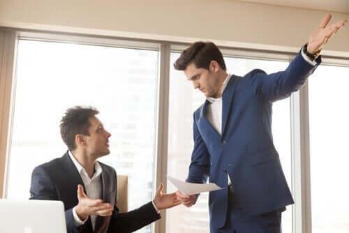 To mennesker som krangler på arbeidsplassen