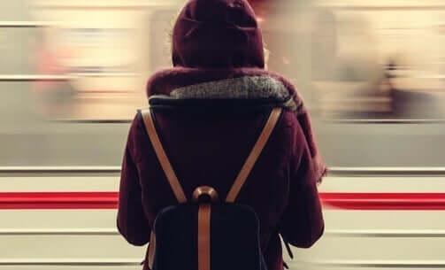 Kvinne reiser