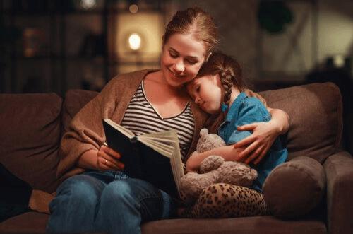 Mor og datter leser en bok