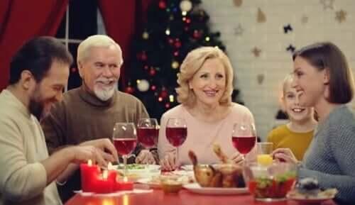 Noen som spiser middag med familien.