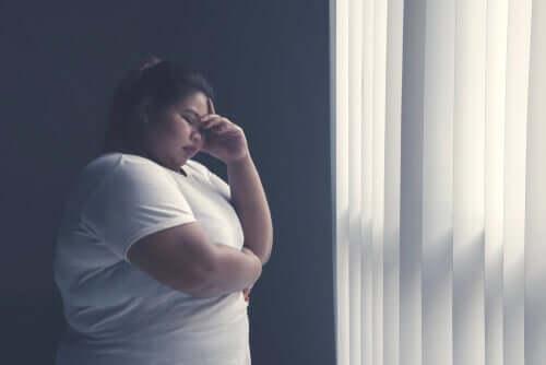 En kvinne som bruker kognitiv saneringsterapi for å takle tanker som oppmuntrer til dårlige vaner.