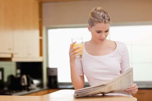 En kvinne som leser morgennyhetene.