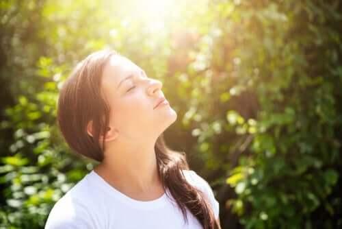 En kvinne som nyter solskinnet.