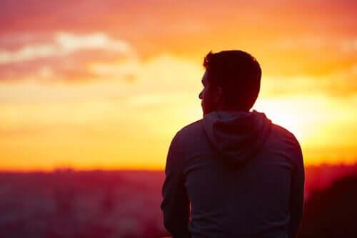 En mann som ser solnedgangen alene.