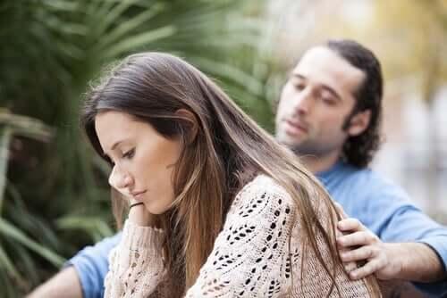 En mann som trøster en kvinne.