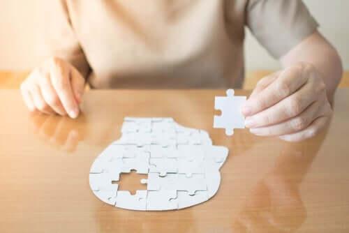 En person som fullfører et puslespill som ikke er en del av mini-mental-testen.