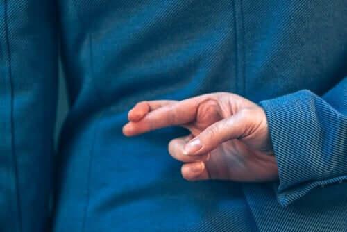 En person som krysser fingrene.