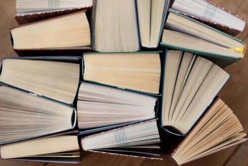 En rekke bøker sett fra toppen.