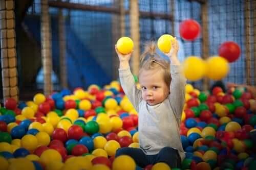 Et barn som leker med baller.