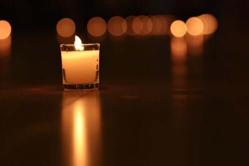 Et lite tent lys i mørket.