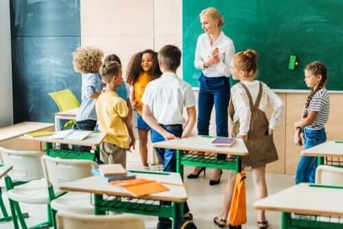 Lærerinne står framfor en liten gruppe med elever