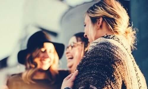 Kvinner som samhandler med hverandre motivert av deres sosiale behov.