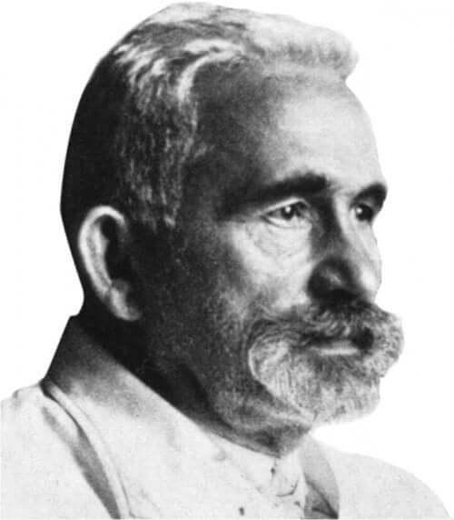 Svart-hvitt fotografi av eldre mann med skjegg