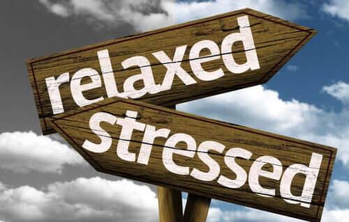 Vei skilt der ordene avslappet og stresset peker i hver sin retning