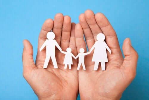 Systempsykologi analyserer grupper som denne representasjonen av en familie i et par hender.