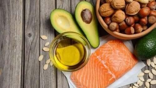 advokado, laks, nøtter og olje er alle eksempel på anti-innflammatorisk mat