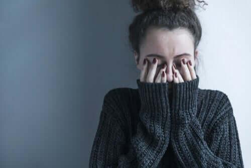 En stresset kvinne.