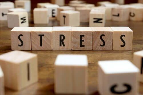 Ordet stress skrevet på små treklosser