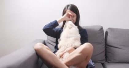 Kvinne gråter med hunden sin