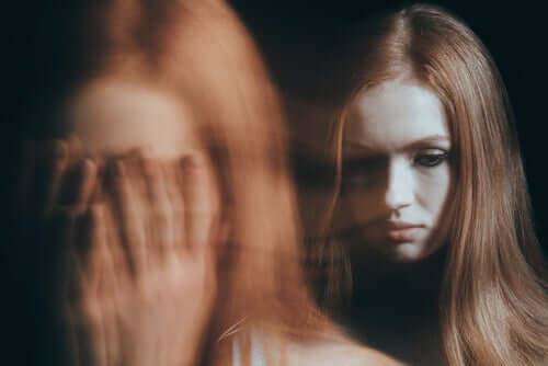 En kvinne som gråter på innsiden