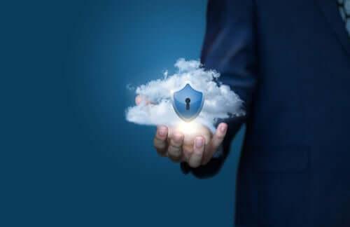 En kvinne som holder en sky i hendene som symboliserer dataskjermmetaforen.