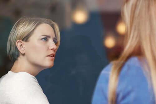 To kvinner som snakker sammen