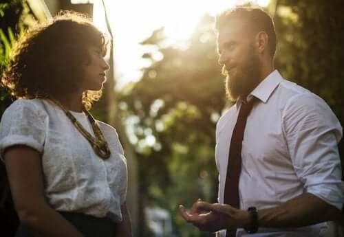 En mann og en dame som snakker sammen