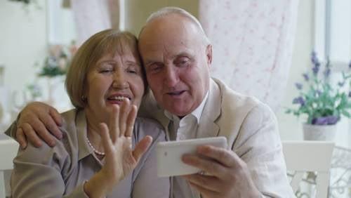 Å holde kontakten med besteforeldre under hjemmeisoleringen