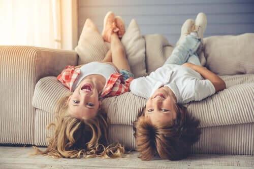 Barn ligger i en sofa