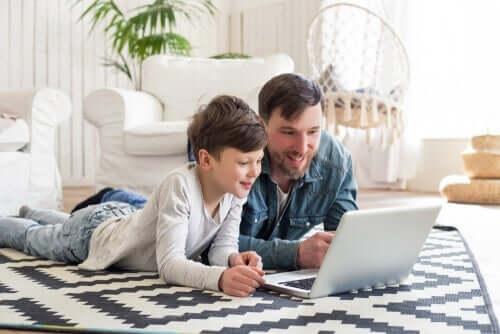 Far og barn på datamaskin