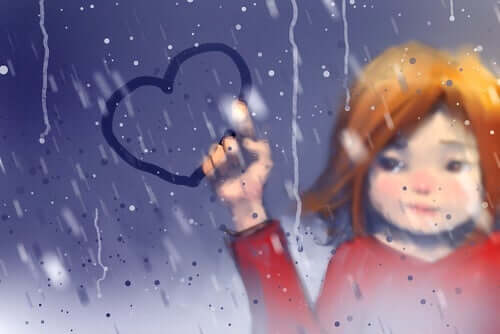 En jente holder er hjerte