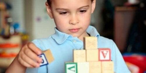 Et barn med autisme leker
