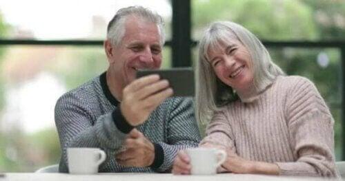 Besteforeldre med en mobiltelefon