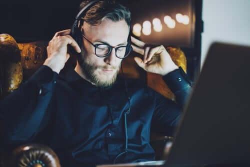 Mann med hodetelefoner