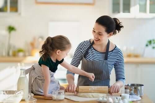 Mor og datter baker