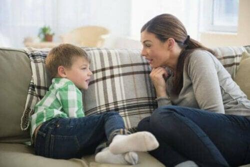 Mor og sønn snakker